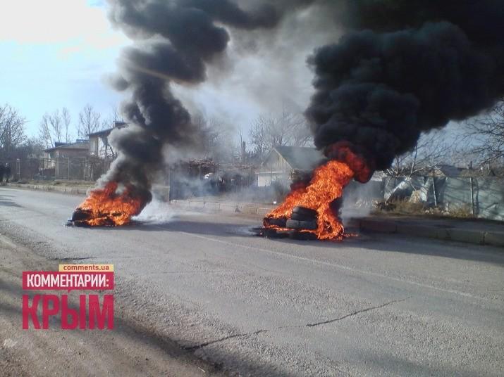 В Крыму отстаивают землю: подожгли рейдера и лежат на трассе