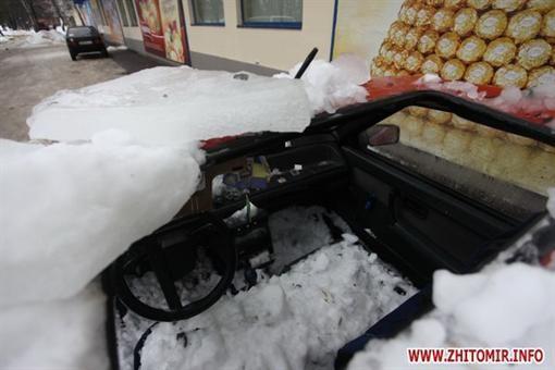В Житомире глыба ледника расколола автомашину