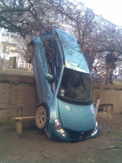 В Крыму женщина запарковалась отвесно