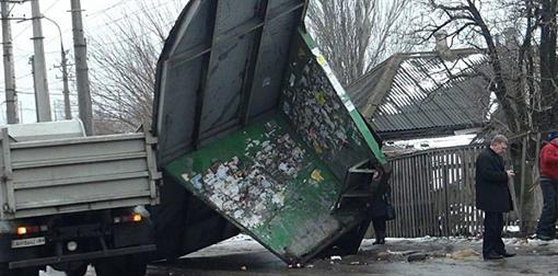 В Мариуполе мусоровоз разрушил приостановку
