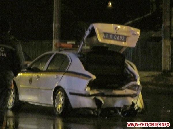 В Житомире опьяневший автолюбитель на ВАЗе проломил автомашину ГАИ