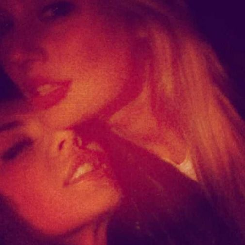Фото: Вызывающее фото Анны Седоковой с девушкой