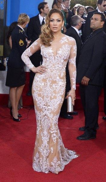 Джей Ло превзошла всех одев бесцветное платье