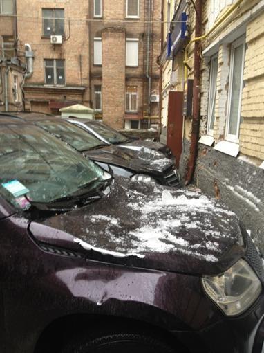 В Киеве 3 автомашины засыпало глыбой снегопада