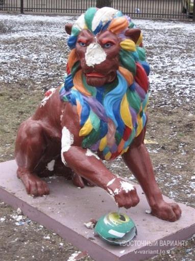 В Луганске вандалы потешились над львовским львом