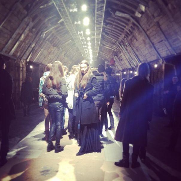 В Киеве на запущенной станции метрополитена прошел показ мод