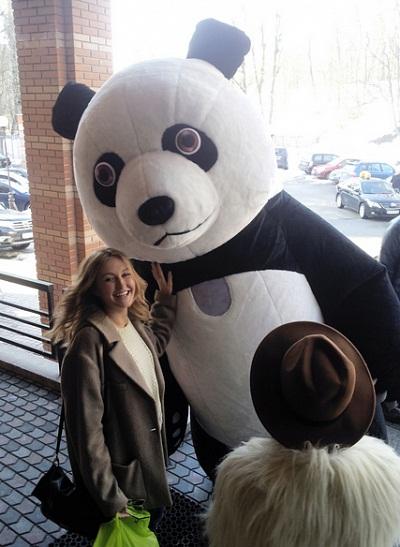 Ева Бушмина отметила 24-летие в объятиях панды (фото)