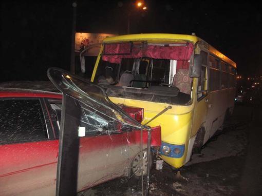 В Киеве Мицубиси получил на удар маршрутку с пассажирами