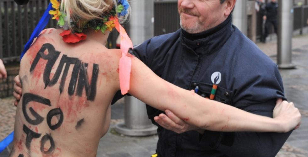 """Путин высмеял топлес-протест против его """"диктатуры"""" (ФОТО)"""
