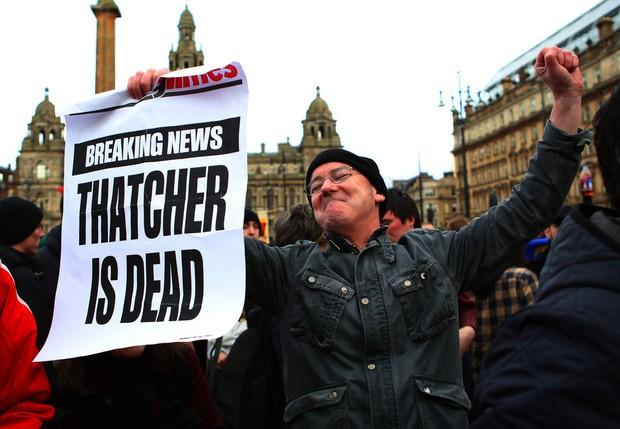 Тысячи англичан отрадно заметили гибель Тэтчер