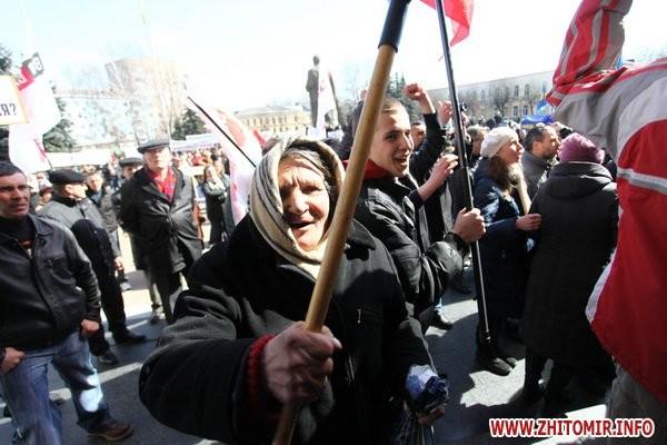 В Житомире разгневанная масса проникла в сооружение облсовета