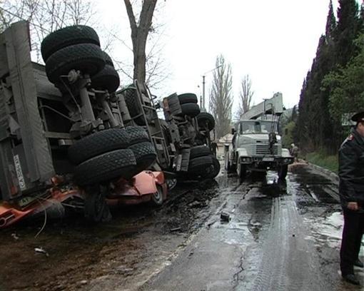 В Крыму бензовоз расплющил легковую машину, есть убитые (ФОТО)