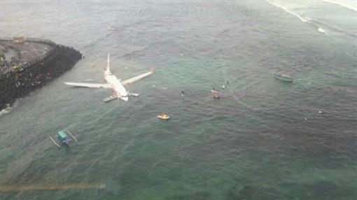 У берега Бали самолет авиационной компании Lion Эйр упал в море