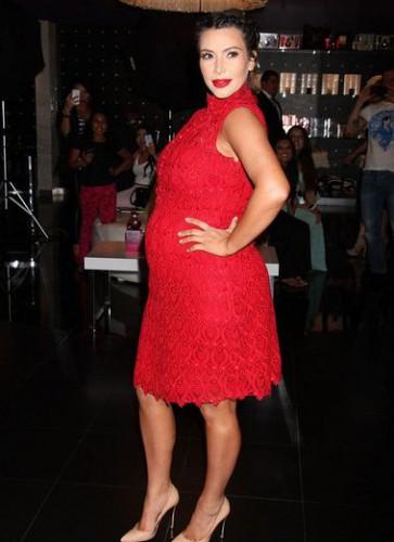 Беременная Ким Кардашян удивила большими каблуками (фото)