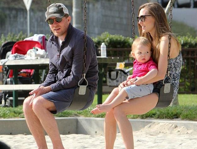 Гай Ричи в первый раз продемонстрировал собственную пятимесячную дочь (фото)