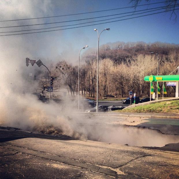 В центре Киева сорвался асфальт (ФОТО+ВИДЕО)