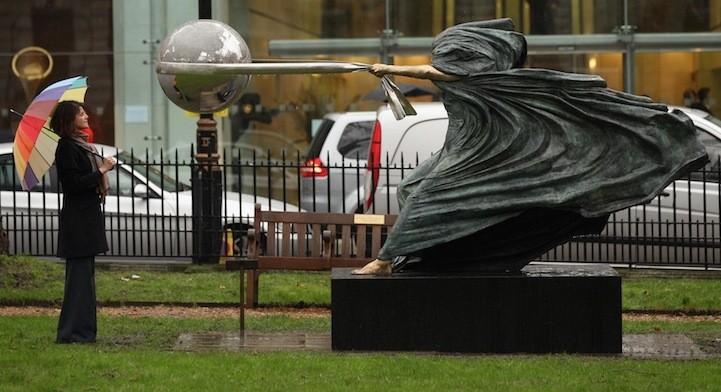 В городах мира возникают необычные одинаковые статуи
