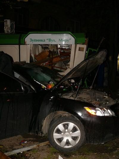 Иностранная автомашина въехала в киоск в Запорожье (ФОТО)