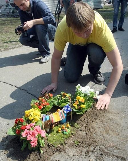 В Киеве в ямах на автодорогах повысились цветы