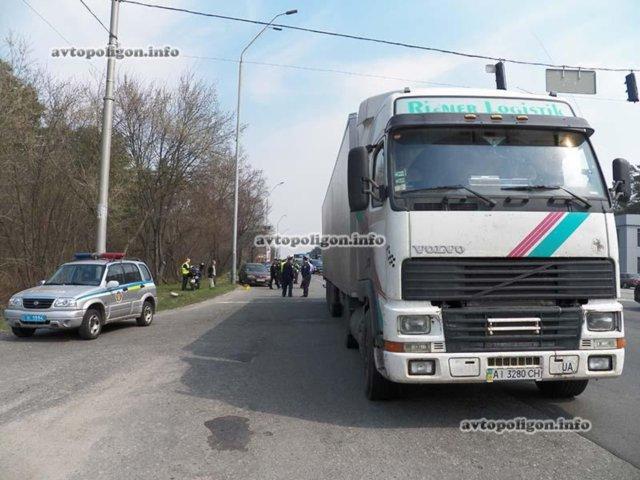 Под Киевом грузовой автомобиль Вольво сшиб мотоцикл Хонда (ФОТО)