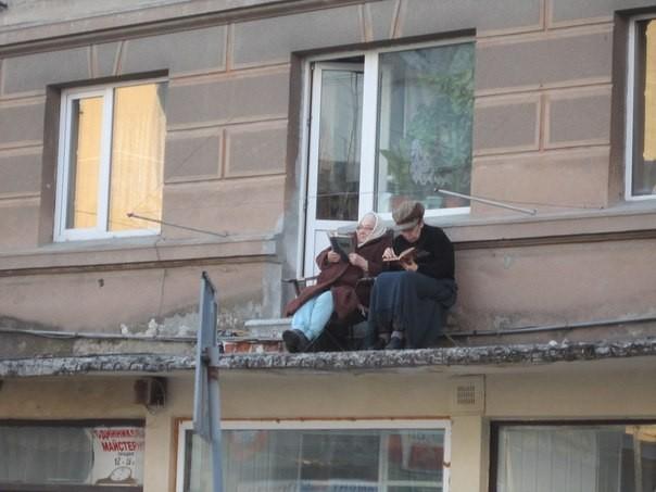 В Тернополе пенсионерки разбирали книжки на запасной крыше дома