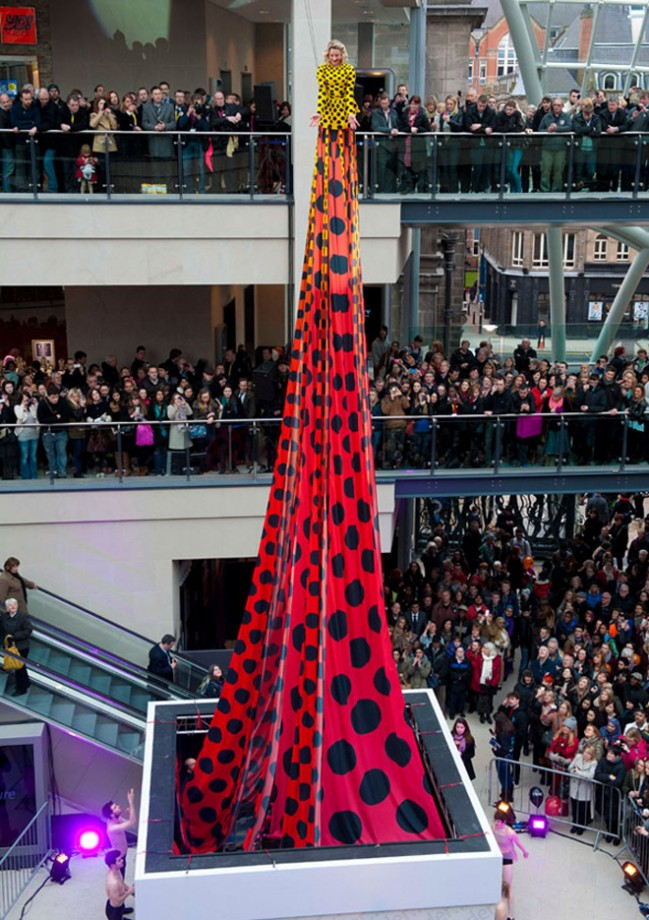 Самое короткое платье во всем мире соединил дизайнер Генри Холланд