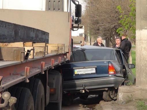 В Мариуполе металловоз вмял легковую машину в столб