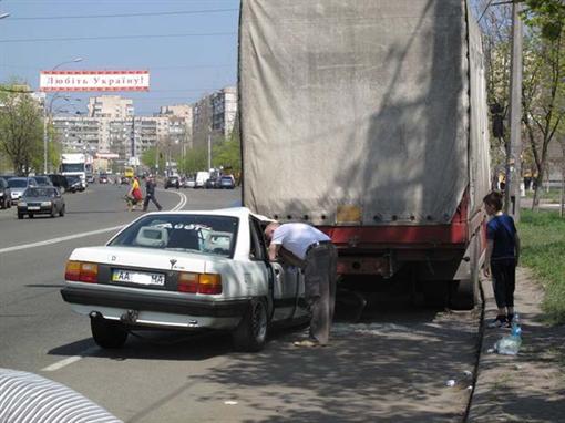 В Киеве ненормальный автолюбитель проломил 2 автомашины (ФОТО)