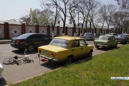 В Керчи 2 авто усмирили велосипедиста