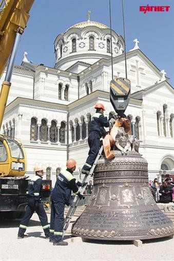 В Ахтиар доставили большой колокол