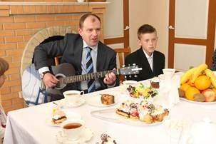 Колесников спел детям-сиротам песню ДДТ