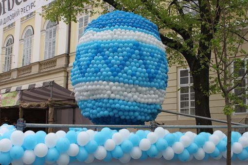 Во Львове сделали двухметровую писанку из легких шаров