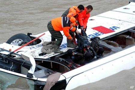В Турции рейсовый автобус снизился в море, есть убитые (ФОТО)
