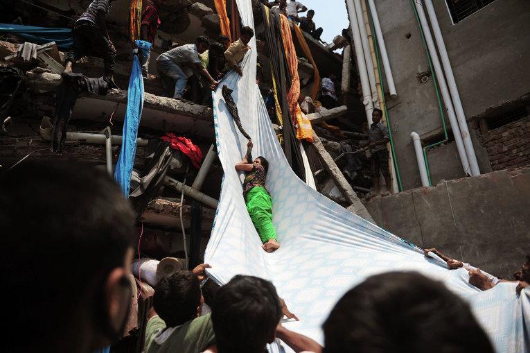 Потерпевших обрушения производства в Бангладеш  420 человек (ФОТО)
