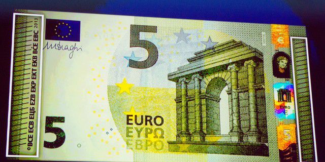 Сегодня введена в послание новая купюра в 5 euro