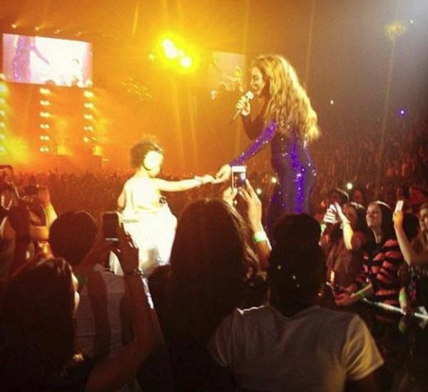 Бейонсе выступила с дочкой на выступлении в Лондоне (видео)