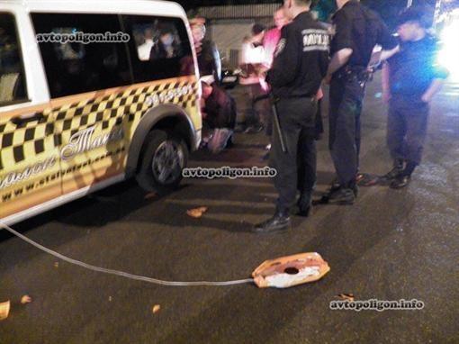 В Киеве побили таксиста, который чуть ли не сшиб пешеходов