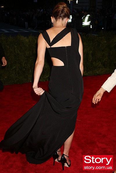 Эмма Уотсон чуть ли не потерялась в вечернем платье (ФОТО)