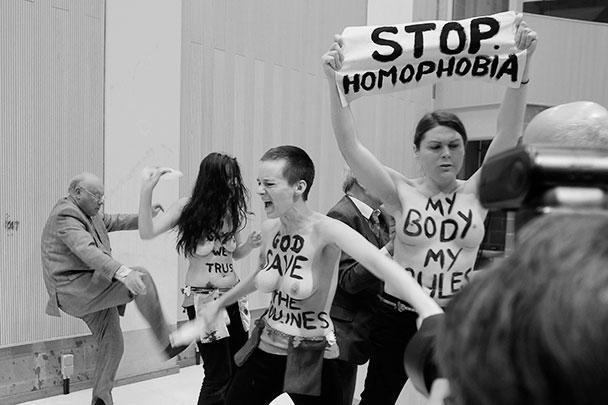 Активисткам FEMEN не попала Барби