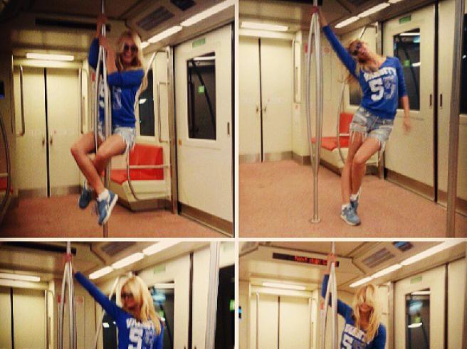 """Экс-""""ВИА Гра"""" организовала любовные танцы в метрополитене (фото)"""