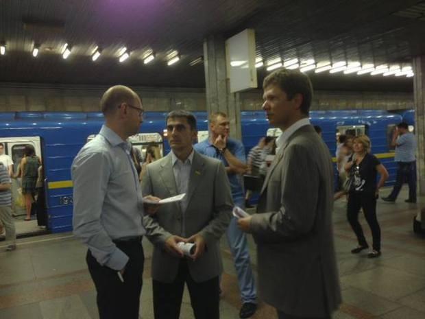 В метрополитене Яценюк распространял приглашения на собрание оппозиции