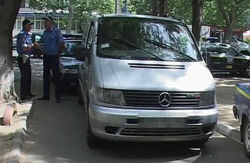 Одессит предпринял попытку проломить 2 автомашины ГАИ (фото)