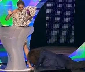 Джигурда расцеловал ноги Собчак на премии RU.Тв (фото)
