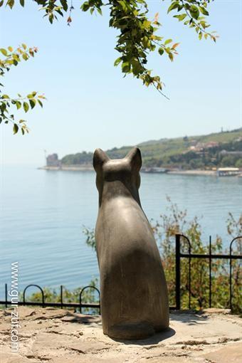 В Гурзуфе был замечен монумент романтической кошке