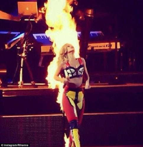 Одежда Рианны загорелась ослепительным огнем на сцене в Лиссабоне