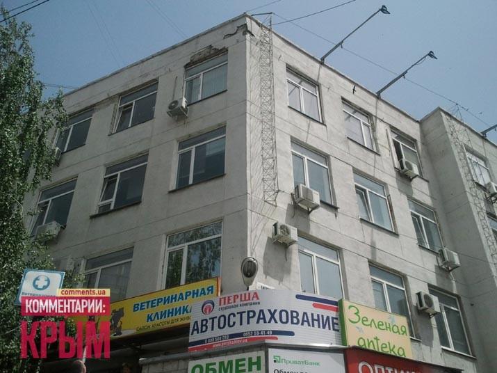 В Симферополе отпала часть помещения Минкурортов (ФОТО)