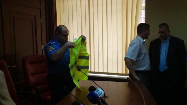 Полиция в Донецке надела корреспондентов в жилеты ППС (ФОТО)