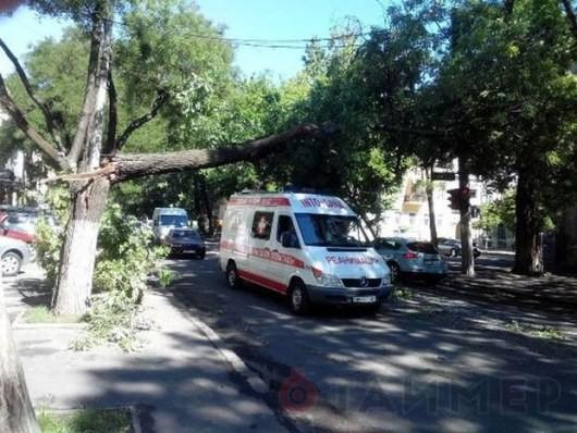 Мощный смерч обездвиживал перемещение автотранспорта в Одессе