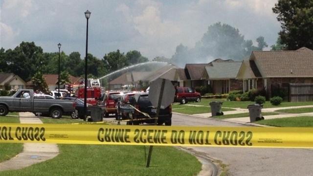 Самолет потерпел крушение и снизился на квартирной квартал в Луизиане
