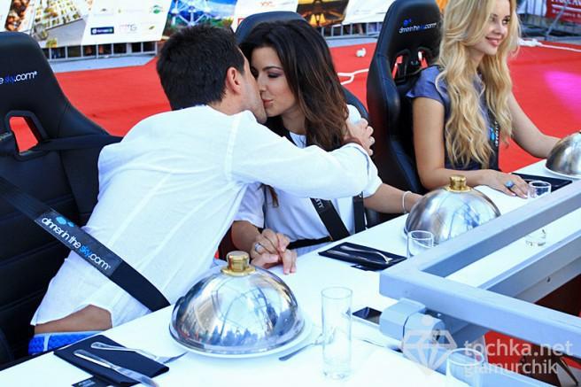Ани Лорак с супругом Муратом пообедали в небе (фото)